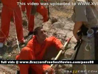 Porca ruiva policial takes cuidado de alguns prisoners