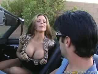 Milf mengisap penis di sebuah muscle mobil!