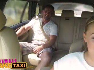Femalefaketaxi masívne kozy cabbie wants vták na the zadné sedadlo video