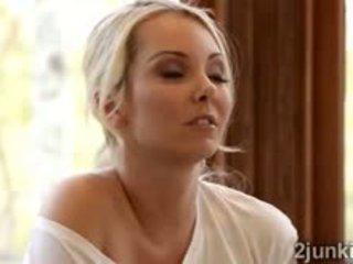 Blondýna násťročné aaliyah seduces úchvatné blondýna puma cherie
