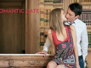 Anjelica מזוין ב שלה תחת יותר the שולחן