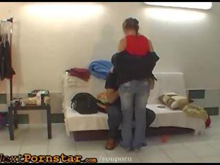 Skūpstošie un hugging par kautrīga čehi wannabe