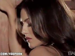 Seductive इंडियन beauty strips नीचे और fingers उसकी गुलाबी पुसी