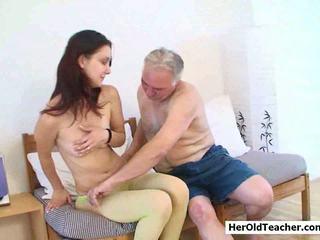 Vecs vīrietis seducing jauns meitene
