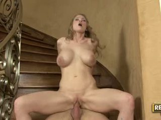Sexe bombasse abby rode slamming son constricted bald chatte sur une rock dur fente