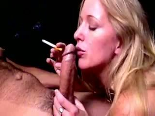 Blond hoe dia zerva smokes en gives fellatio