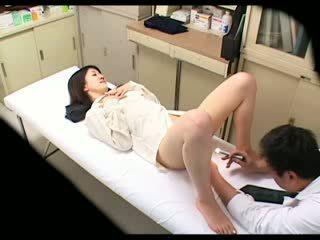 Espião pervertida médico uses miúda paciente 02
