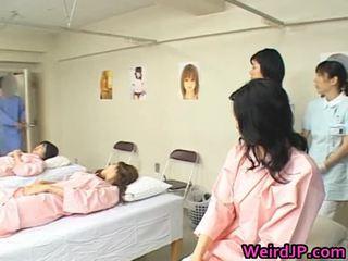 Asyano asawang babae ay examining female workers