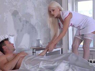 Krajné sexy slúžka a sestrička daj ich pacient a double robenie chodidlom a súložiť
