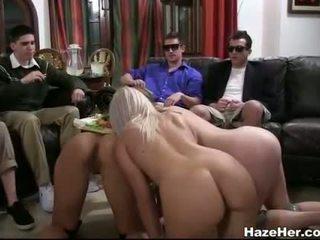 Grupa no meitenes jāšanās dildos par a bench
