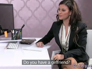 Female agent fucked lược trên một bàn trong văn phòng