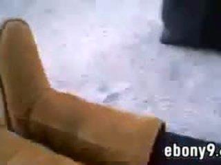 Melnādainas meitene shows no viņai pēdas ārpuses