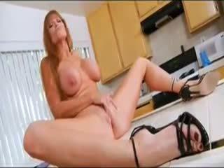 Sexy milf in de keuken