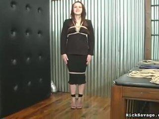 Viņš lightly spanks viņai pakaļa