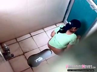 Indisch dames filmed op spion camera in een publiek toilet