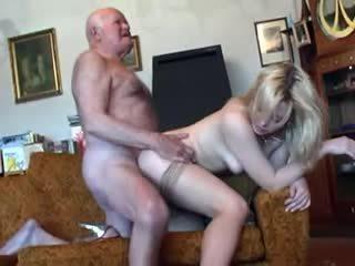 Vanha ukki fucks nuori blondi