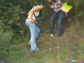 Meisjes betrapt openlucht urineren door toerist