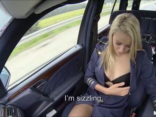 Blond flugbegleiterin has erste zeit auto sex