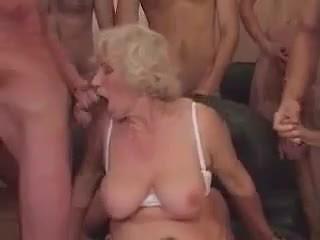 Mummi norma sisään a gangbang