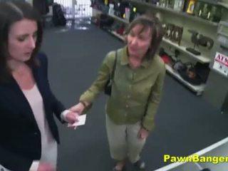 Mudah pelanggan takes kontol di dia berbulu alat kelamin wanita untuk dollars