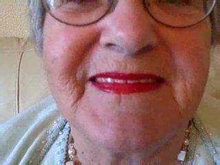 Mummi puts päällä hänen huulipuna sitten sucks nuori kukko video-