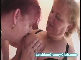 Червоний глава старий lezzy жінка fucks її також старий колишня дівчина