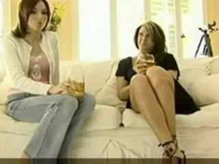 Otra madura seduciendo a la hija de su amiga