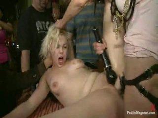 Alice frost è tied tightly, fatto a gag onto cazzo, anally fisted, stronzo scopata, e humiliated in un pubblico bar in porno valley!