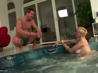 Moche mature salope mère drinks pee et gets anal: gratuit porno 11