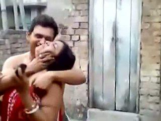 Bengali palaistuve aunty skūpstošie outdoors