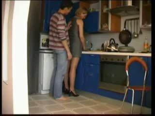 Russo mamma fucks in cucina