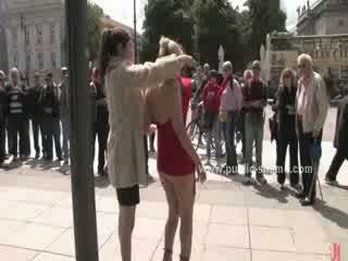 Blond frau sex sklave undressed im öffentlich dann gefickt im rauh öffentlich sex