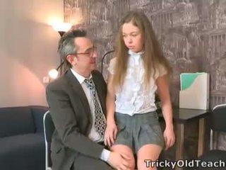 Sara looks si innocent quand elle walks en la teachers bureau