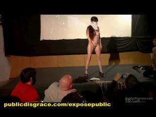 Groep vernedering van publiek slaaf in bioscoop