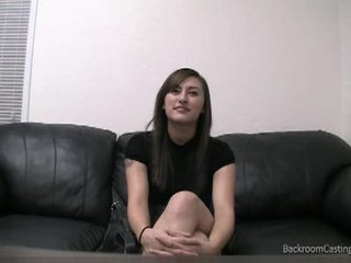 Rengöring lady talked till anala på gjutning soffan