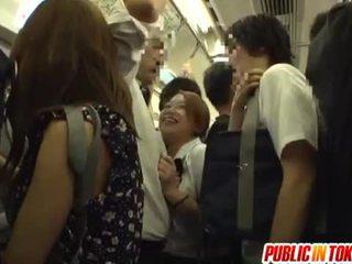 Schulmädchen gives ein handjob auf die bus