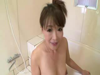 Aziatisch rijpere in douche sucks op lul voor stimulating haarzelf