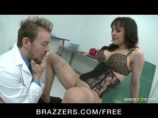 Üleannetu beib squirts kuigi ratsutamine doctor's riist video
