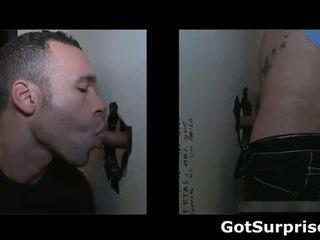 Dude gets zijn stiff piemel sucked bya homo