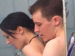 Sexy jovem grávida gaja gets fingered sob duche