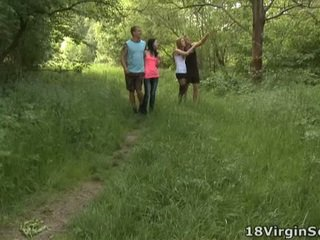 18 virgin knull är stolt till föreliggande ni med den vacker sindy och henne pal sugande och bonking i den woods