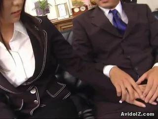 性感 秘书 satomi maeno touches an 丑 迪克!
