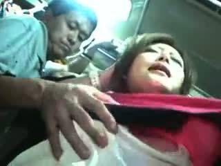 Jong meisje betast en used in een trein