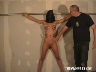 Hooded tenderfoot durere joy și oustanding tittie whipping de danii în roped și temnita punishment de ei stern maestru