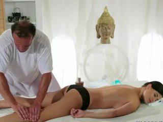 Rinnakas brünett gets rinnad massaaž
