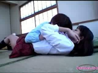 Chick getting haar lichaam kissed reet rubbed met kut op de vloer