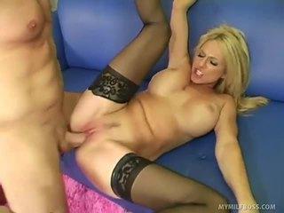 Cougar baas orders haar employee naar impale