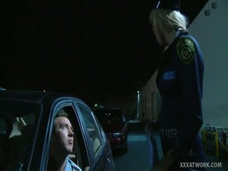 جنسي شقراء شرطي fucks traffic violator