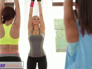 Fitnessrooms yoga filles obtenir creampied en une yoga classe plan a trois