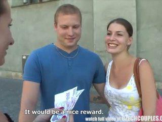 Mladý pár takes peniaze pre verejnosť štvorka